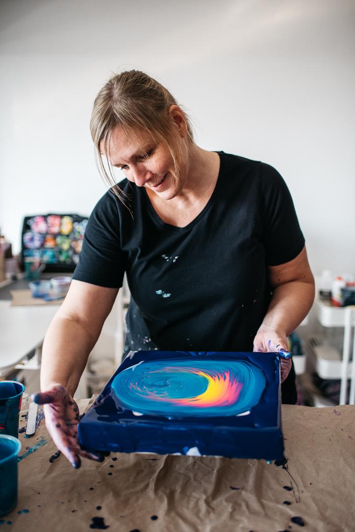 photo of Gabi Tysarzik making an acrylic painting
